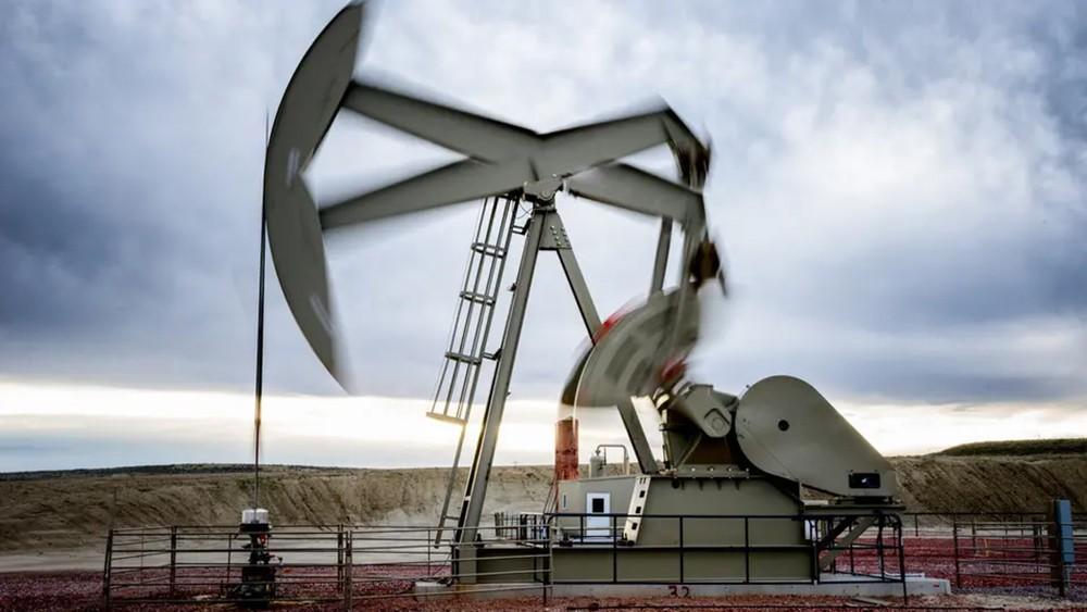 النفط يخترف 65 دولاراً مع تراجع المخزونات الأميركية