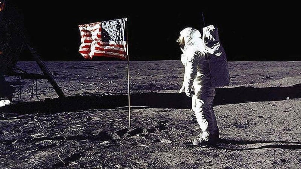 """""""أبولو 11"""".. هل لوثت الأرض بـ""""جراثيم القمر""""؟"""