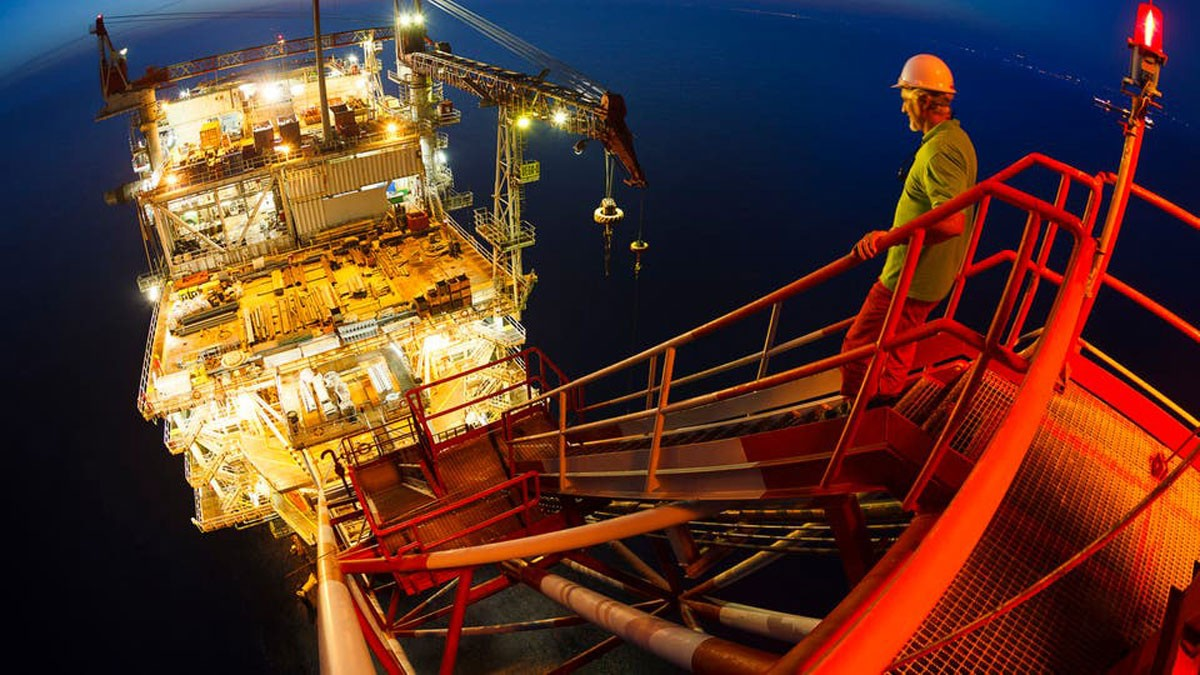 النفط يواصل جلساته الاستثنائية قرب ذروة 6 أسابيع