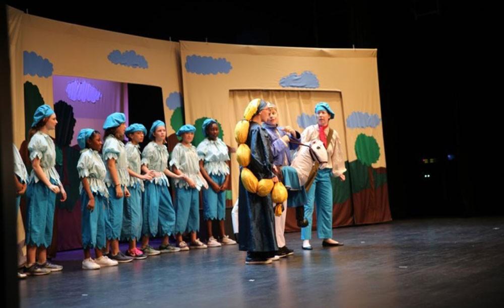 الصالة الثقافية تعرض مسرحية رابونزيل التي قدمها 60 طفلا