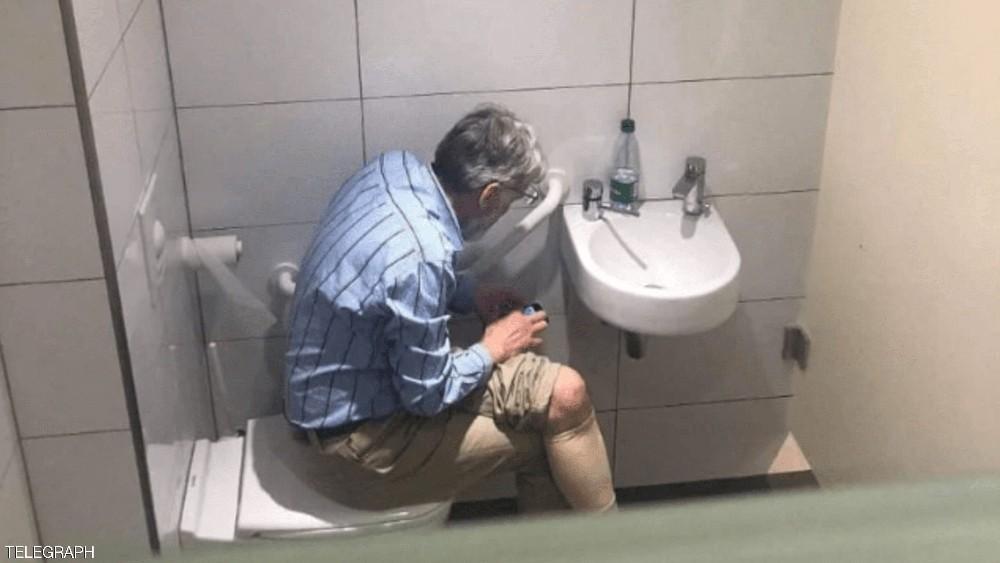 صورة لاعب شطرنج في المرحاض تثير صدمة.. وتهمة الغش تلاحقه