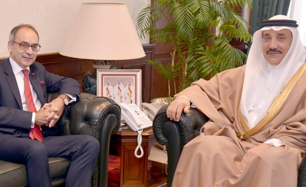 وزير العمل يودع السفير البريطاني ويشيد بجهوده في تطوير علاقات بلاده مع البحرين