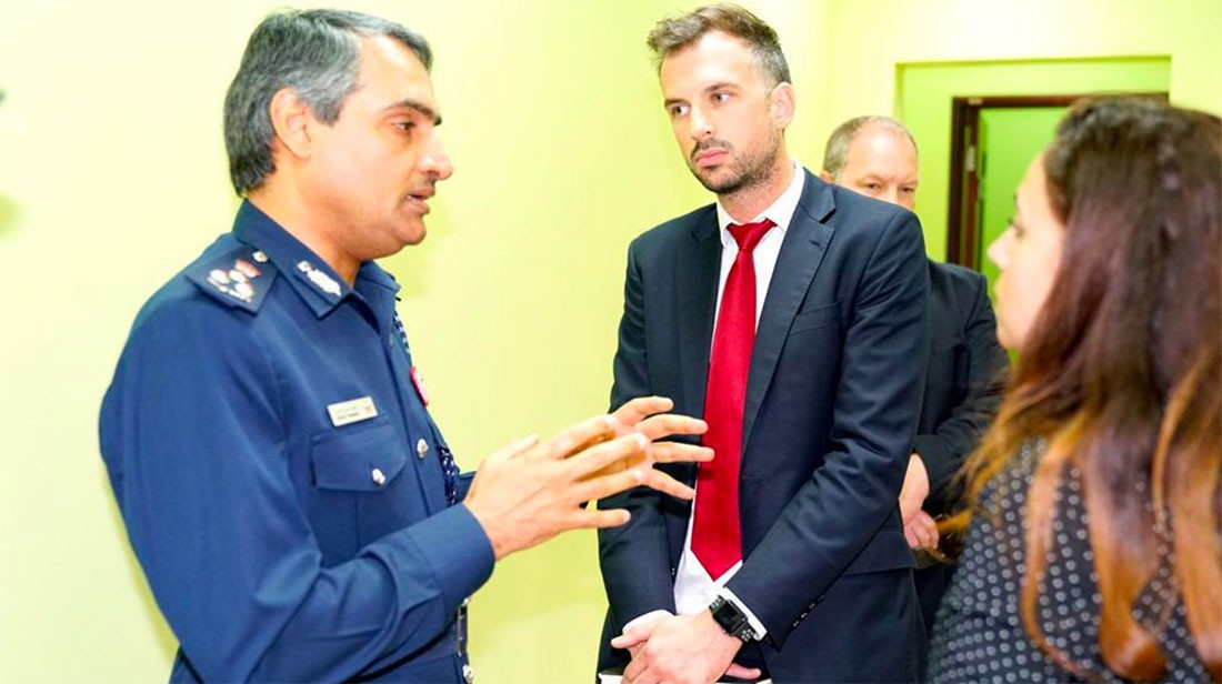 مدير مديرية شرطة المحرق يطلع وفداً من سفارة المملكة المتحدة على جهود منع الجريمة
