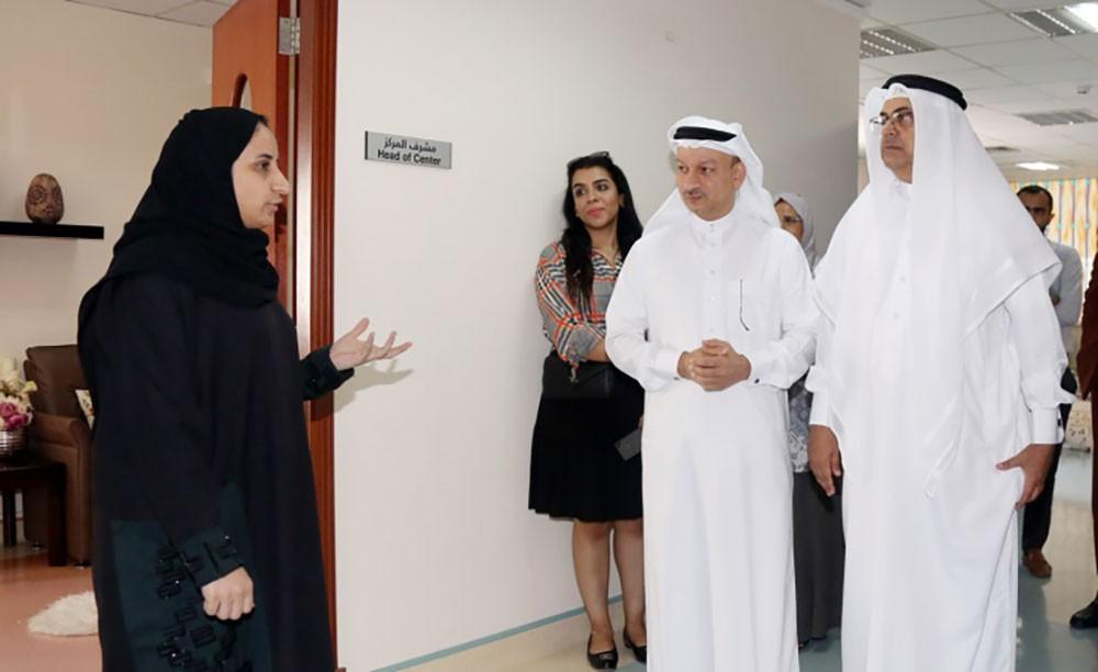 محافظة العاصمة تطلع على برامج وخدمات مركز المنامة الاجتماعي