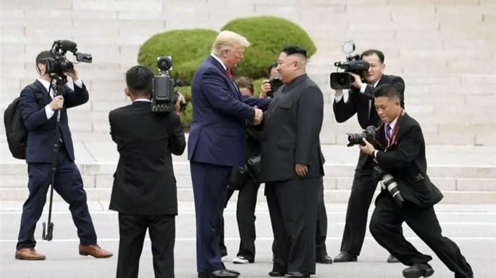 ترمب يرسل موظفاً كبيراً إلى زعيم كوريا ليسلمه صوراً
