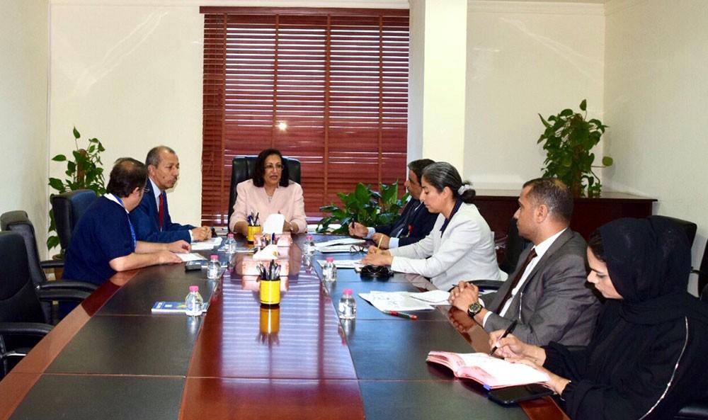 وزيرة الصحة تجتمع مع المعنين بالصحة لتنفيذ آلية الاستعانة بالأطباء البحرينيين