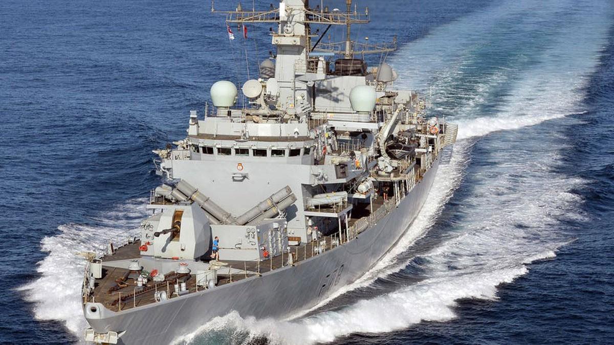 سفينة حربية بريطانية تتجه نحو الخليج لحماية السفن التجارية