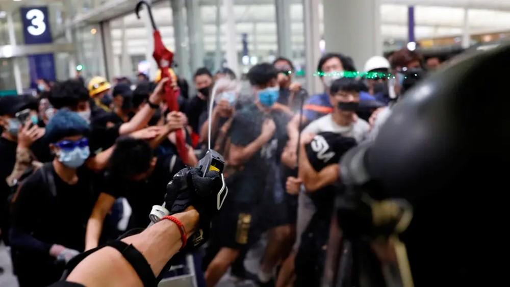"""هونغ كونغ.. تنديد بـ""""أعمال شبه إرهابية"""" في المطار"""