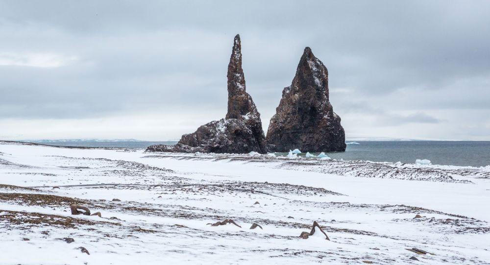 علماء يعثرون على جزيئات من البلاستيك في جليد القطب الشمالي