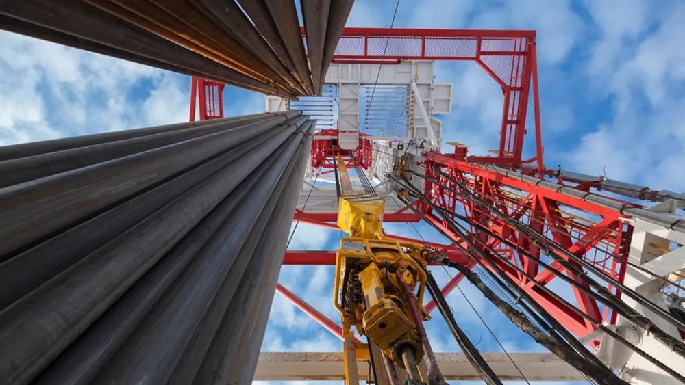 خفض الإنتاج يرفع أسعار النفط 10% هذا العام