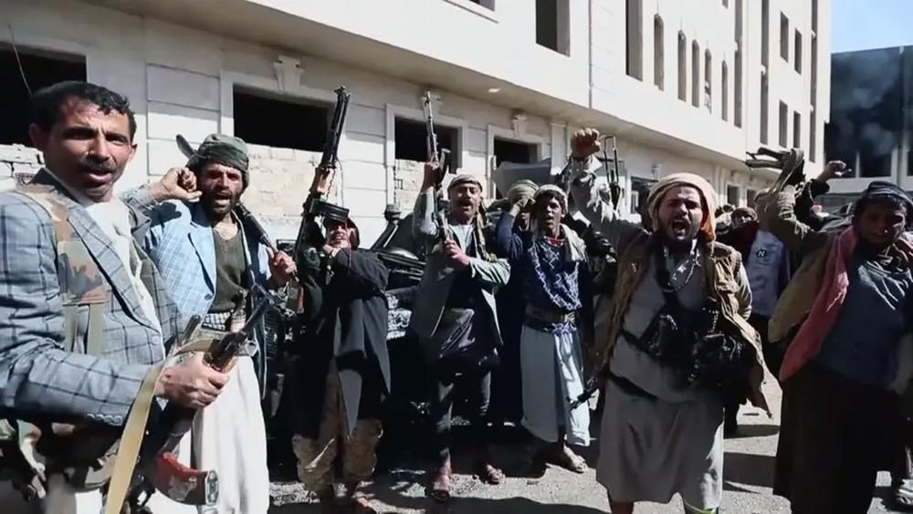 ميليشيا الحوثي تصعد بالحديدة.. تدمير طرقات وقطع اتصالات