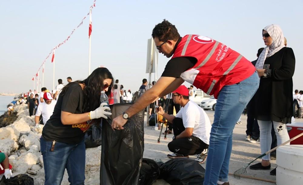 محافظ العاصمة يشارك تنظيف ساحل الفاتح بالجفير بمناسبة يوم التنظيف العالمي