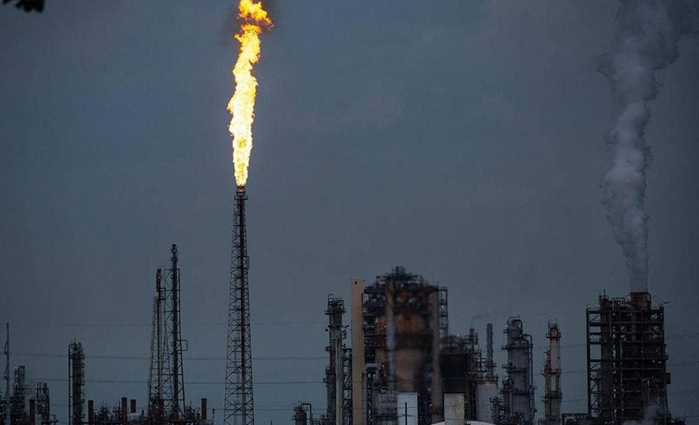 تباطؤ نمو الاقتصاد العالمي يكبد النفط أكبر خسارة أسبوعية