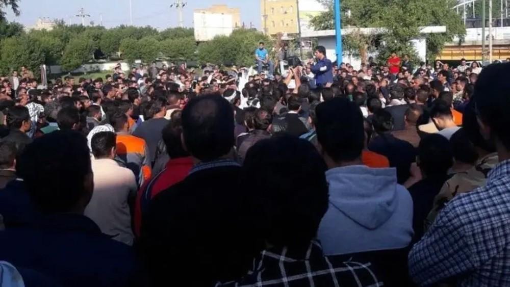 إيران.. اعتقال 14 عاملا بقصب السكر لاستمرار الاحتجاجات