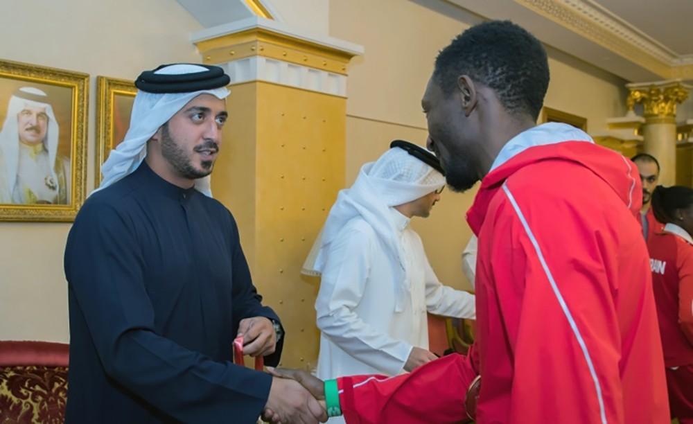 سمو الشيخ خالد بن حمد يستقبل أبطال ألعاب القوى ويعتبر انجازهم العالمي تجسيدا للرعاية الملكية للرياضة