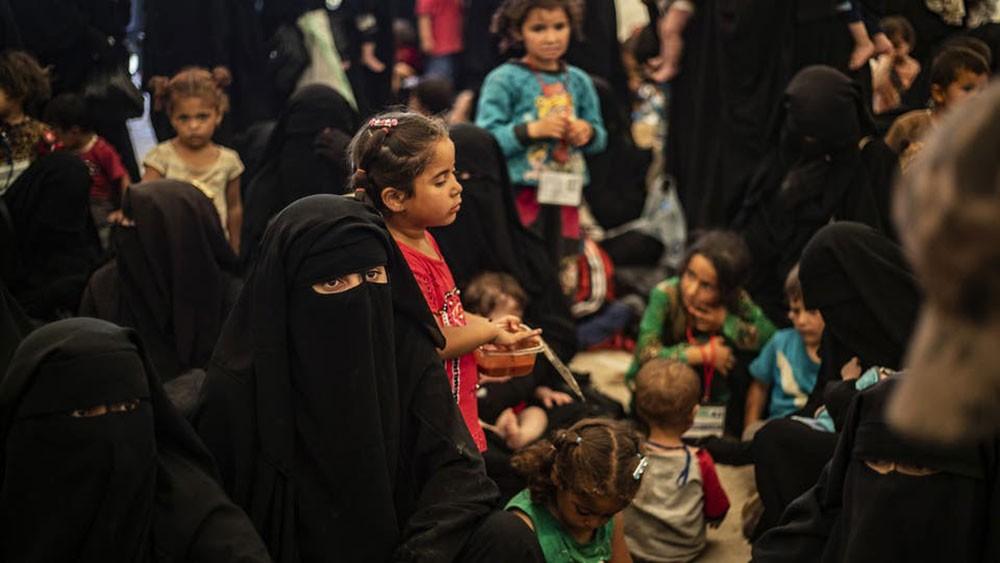 """سوريا.. نساء مقاتلي """"داعش"""" يضرمن النيران في مخيم الهول"""