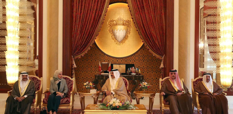 جلالة الملك يتسلم التقرير السنوي لأعمال مجلسي الشورى والنواب