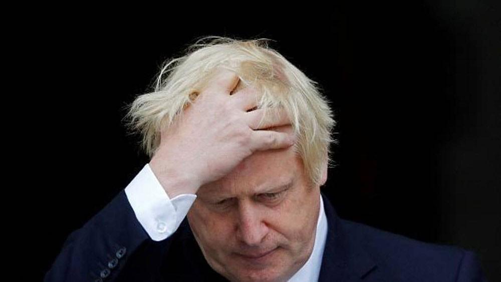"""جونسون يواجه """"تمردا"""" بحكومته.. وتحذير من """"الخطر الداهم"""""""