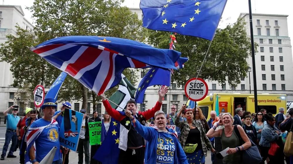 """اقتصاد بريطانيا في طريقه لتفادي """"الانزلاق"""" إلى الركود"""