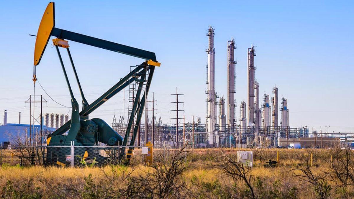أسعار النفط تقفز 2% بعد حادث الناقلة الإيرانية في البحر الأحمر