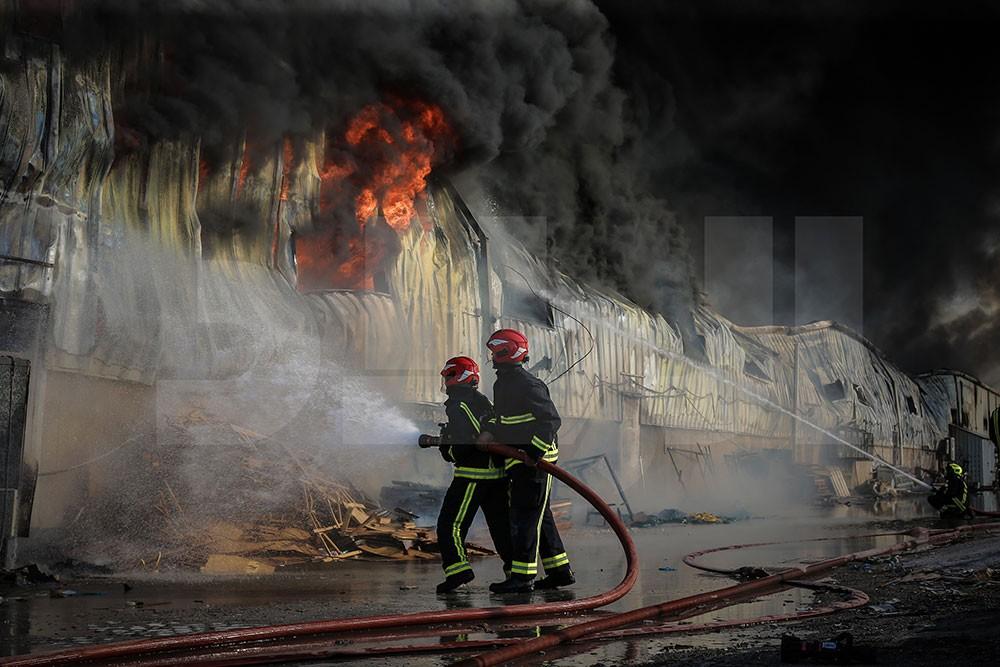 بالصور: حريق يدمر مستودع لمواد البناء.. و 12 الية للدفاع المدني تكافحه