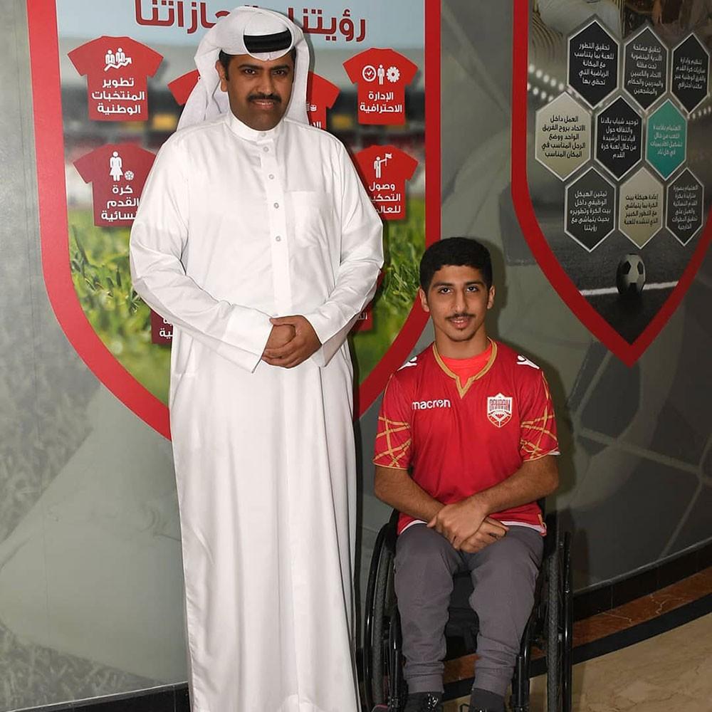 الاتحاد البحريني لكرة القدم يكرم المشجع عبدالله عبدالجليل