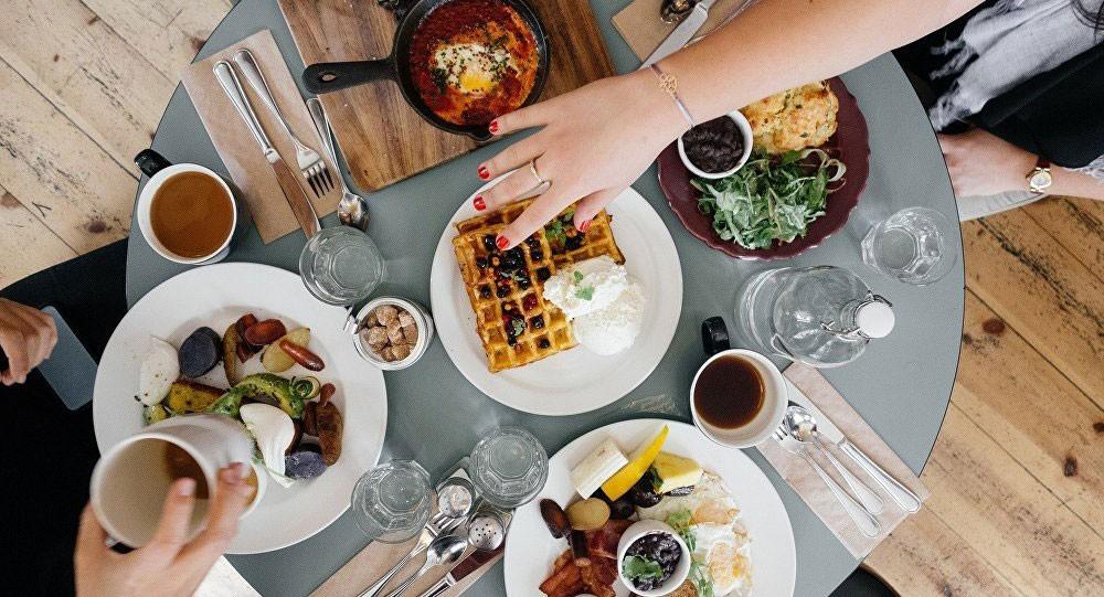 اختصاصية تغذية تتحدث عن مخاطر التخلي عن تناول الطعام بعد الساعة السادسة