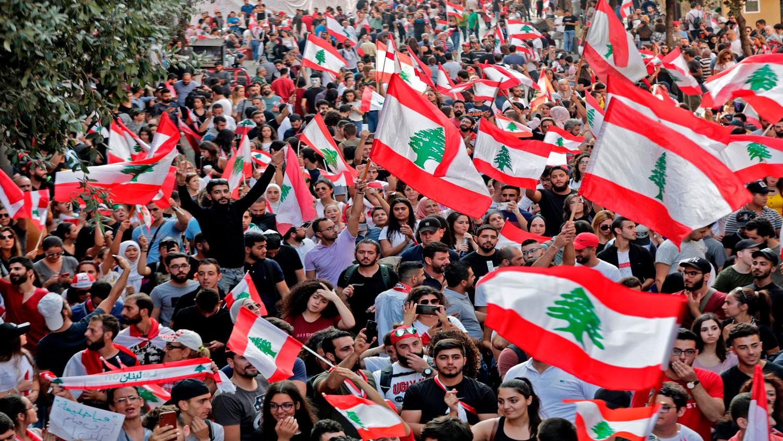 لبنان.. الاحتجاجات تتواصل بسلسلة بشرية من الجنوب للشمال