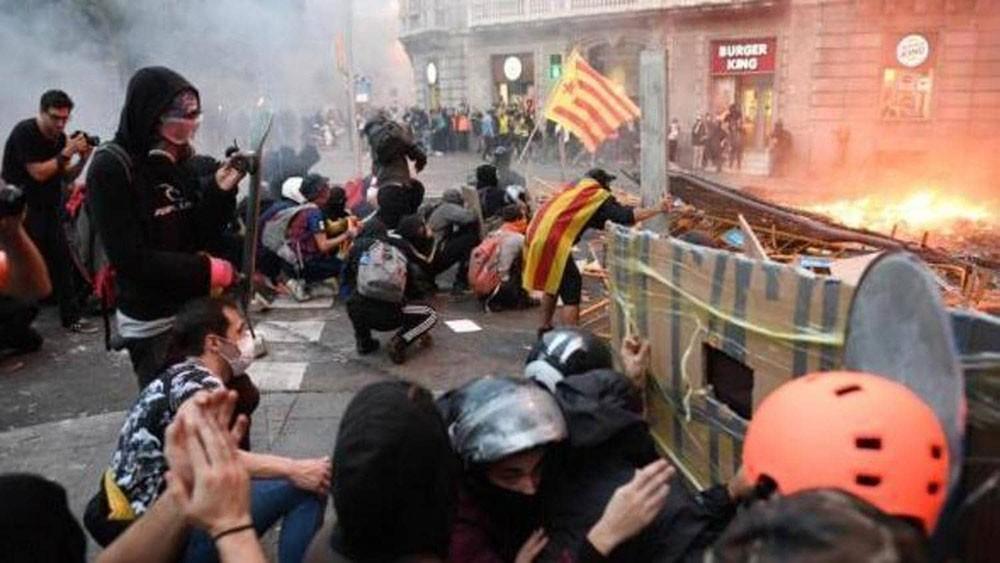 كتالونيا .. ليلة عنف بين الشرطة والانفصاليين