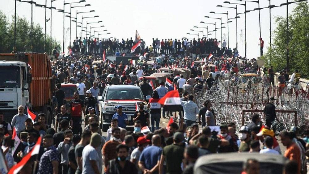 """""""أعداد كبيرة"""" من النساء والطلاب ينضمون للاحتجاجات في العراق"""