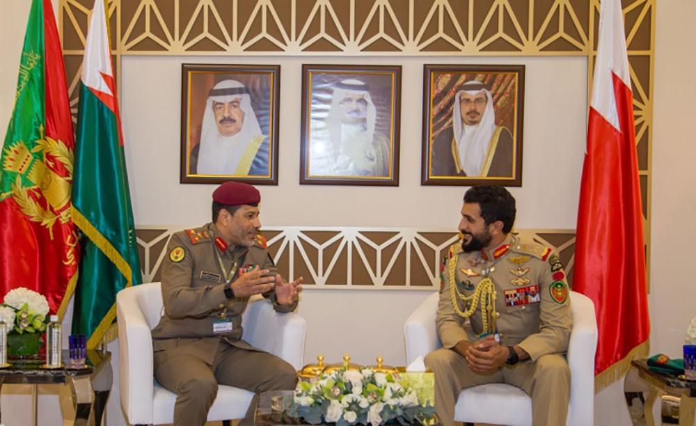 ناصر بن حمد يلتقى عددا من المسؤولين العسكريين ويؤكد على اهمية تبادل الخبرات