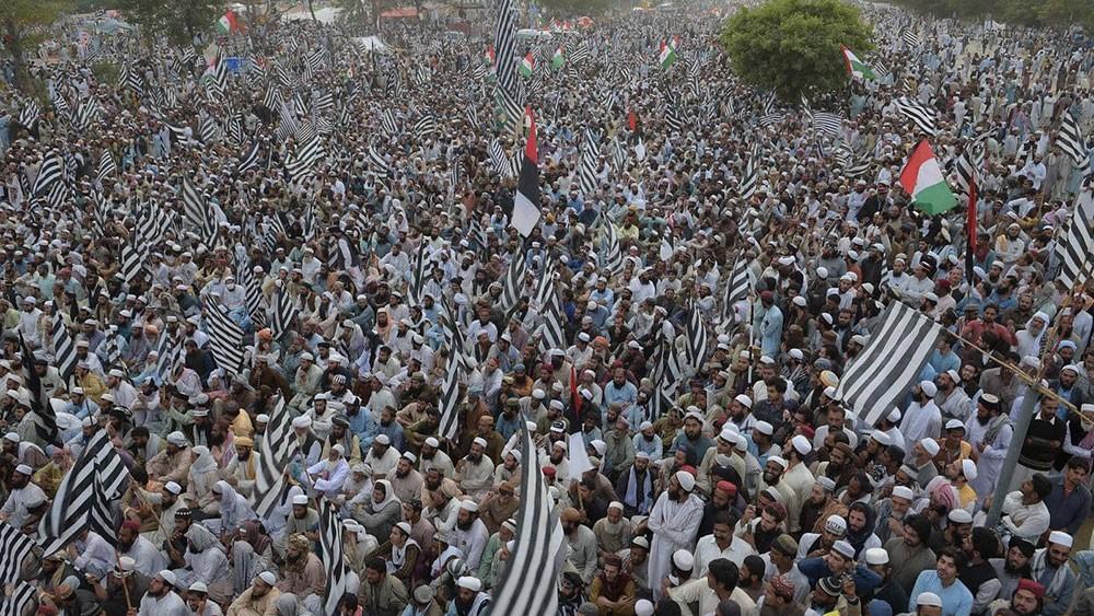 باكستان.. عشرات الآلاف يعتصمون لمطالبة رئيس الوزراء بالرحيل