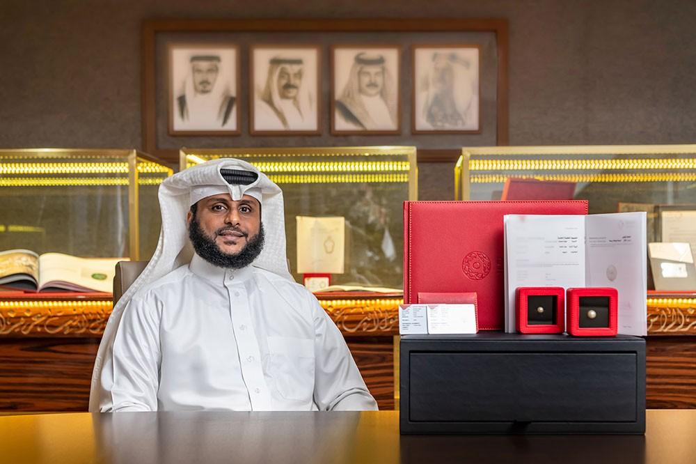 غواص بحريني يعثر على لؤلؤتين نادرتين تزن أحدهما 18 قيراطا والأخرى 9 قيراط