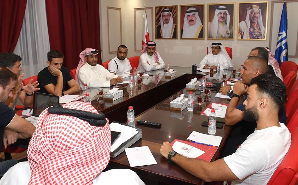 البوعينين يجتمع مع الجهازين الفني والإداري للمنتخب الوطني الأول