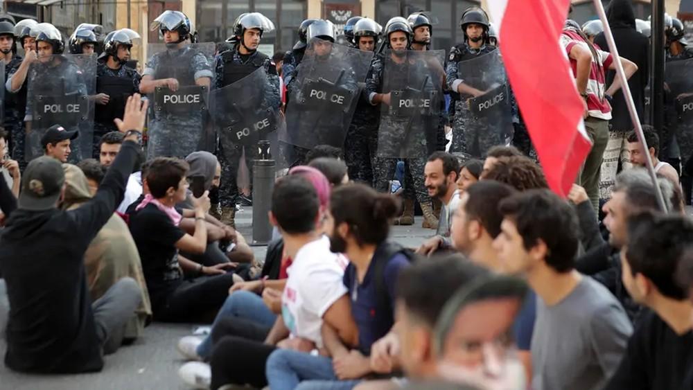 """""""إضراب عام"""" في لبنان.. طرقات مقطوعة ومؤسسات مقفلة"""
