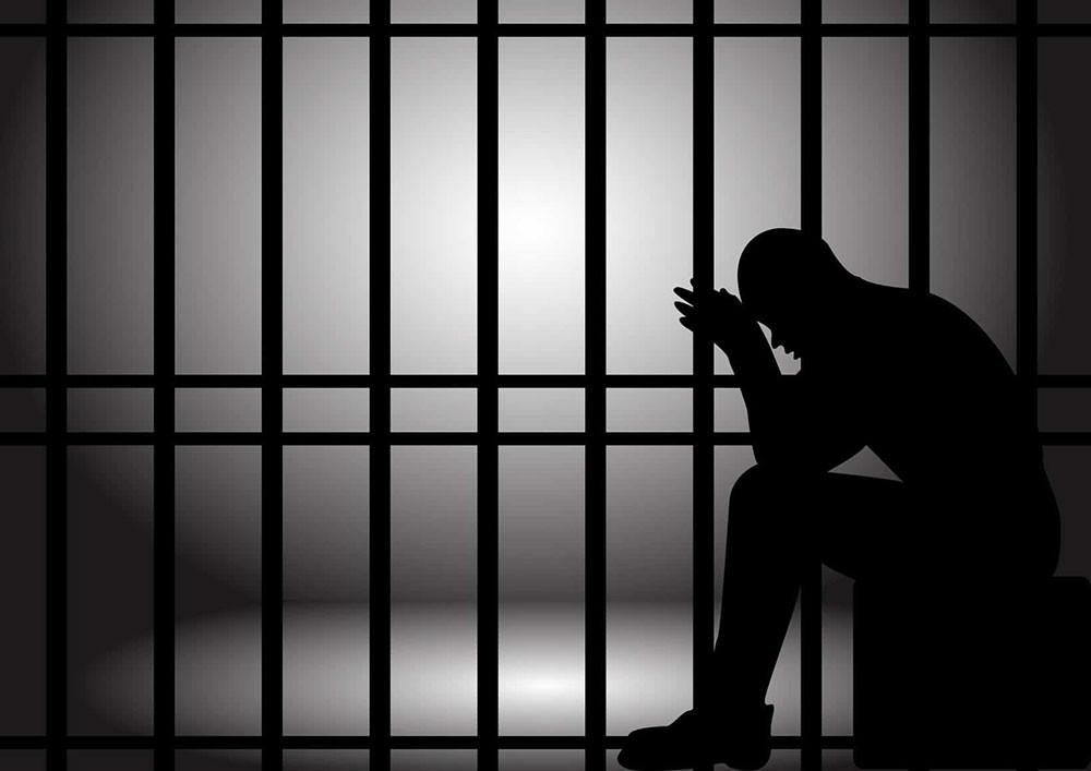 "السجن 15 عاما لشاب حاول تهريب 1.8 كيلو ""حشيش"" وأقراص""كبتي"""