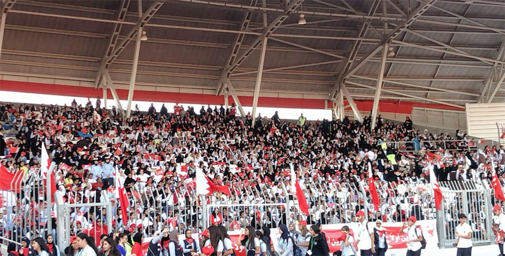 الأعلام ترفرف والجمهور يهتف عاش الملك