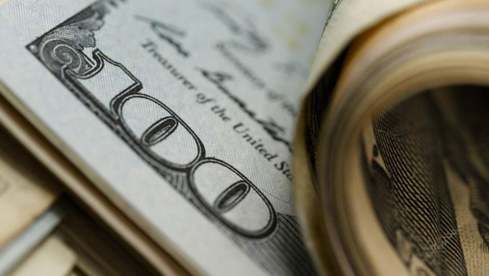 الدولار يتراجع في ظل عقبة تواجه محادثات التجارة