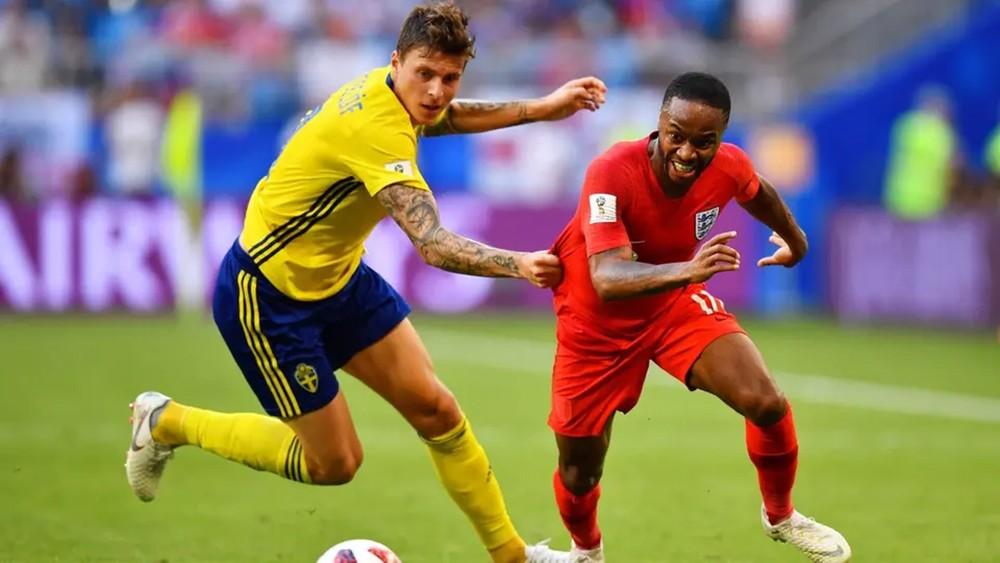 المدافع ليندلوف يفوز بجائزة أفضل لاعب سويدي