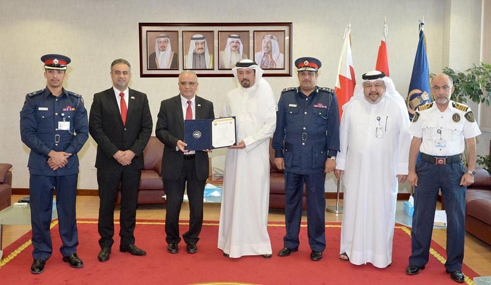 """الجمارك تمنح شركة """"المنيوم البحرين"""" شهادة المشغل الاقتصادي المعتمد"""