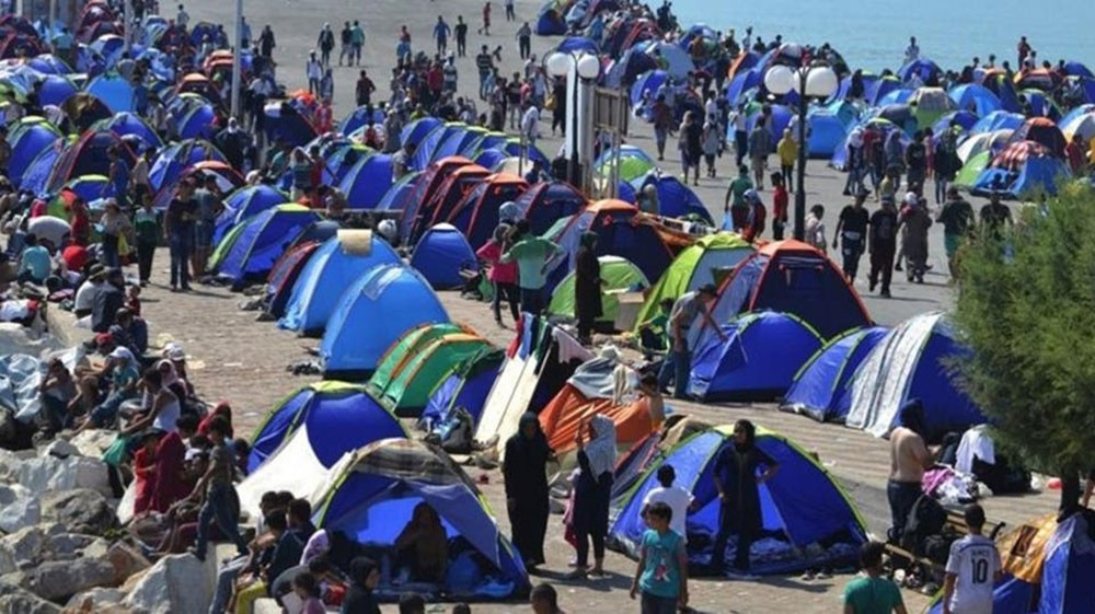 اليونان: أوروبا تتعامل معنا كمركز إيداع للاجئين