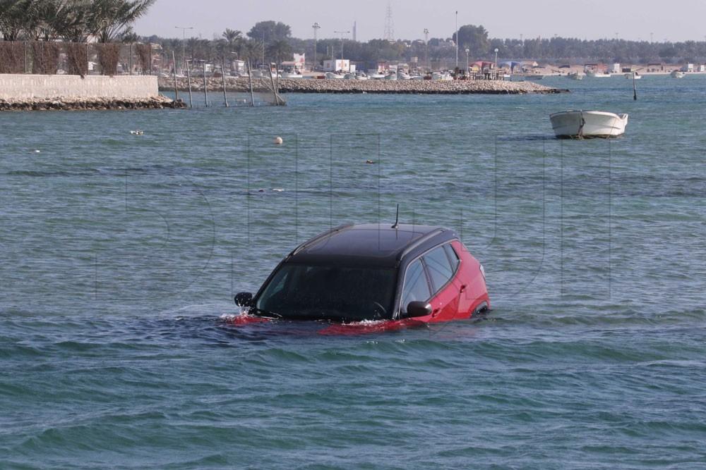 بالصور: غرق سيارة في بحر كرزكان