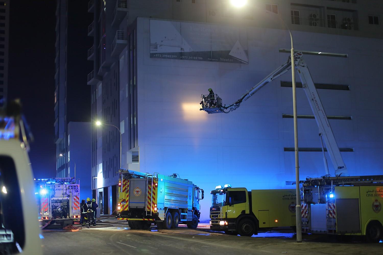 بالصور: حريق في بناية سكنية من 20 طابقا بمنطقة الفاتح.. والدفاع المدني يخمده بوقت قياسي
