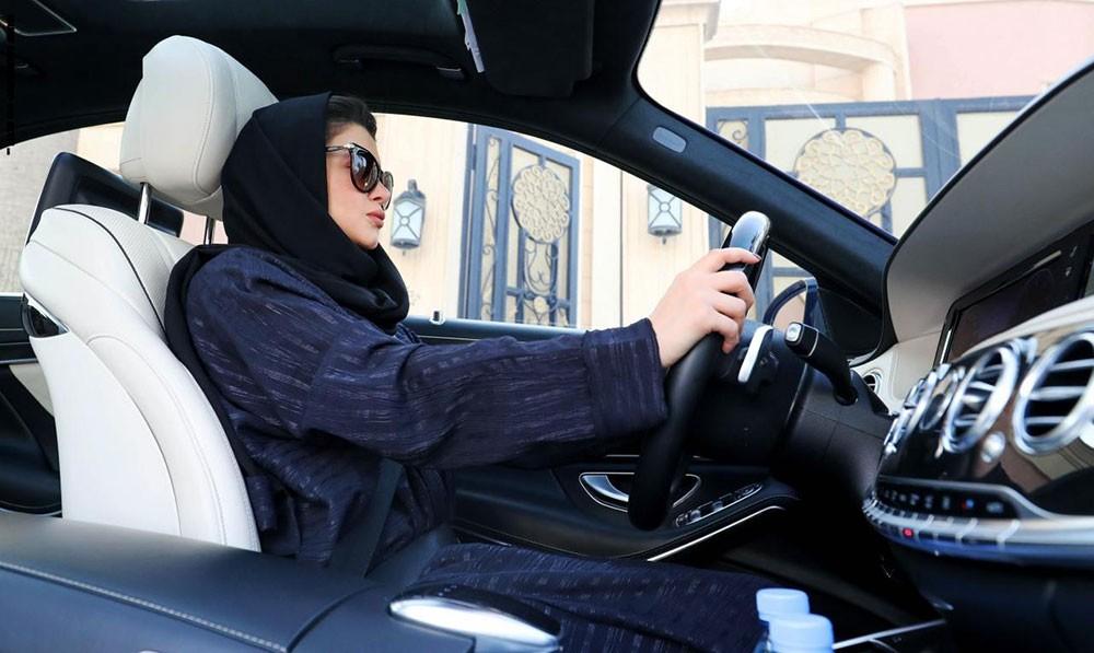"""بالفيديو: سعودية """"تقحص"""" بسيارة سبورت.. والشرطة تقبض عليها"""