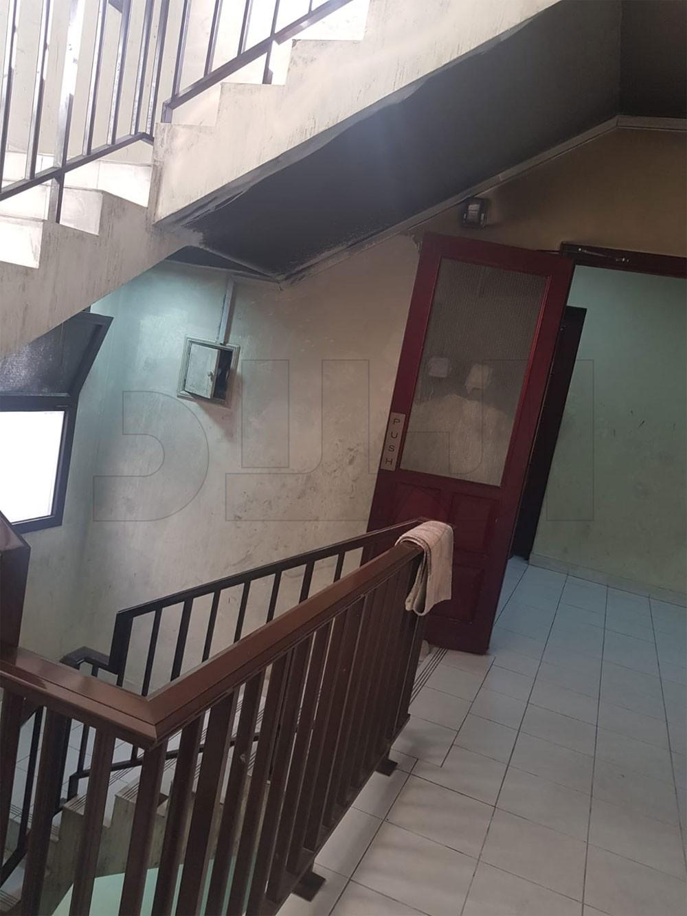 بالصورة: خمر وشم غراء وتخريب من أبناء سكان شقق التمليك الحكومية بالبديع