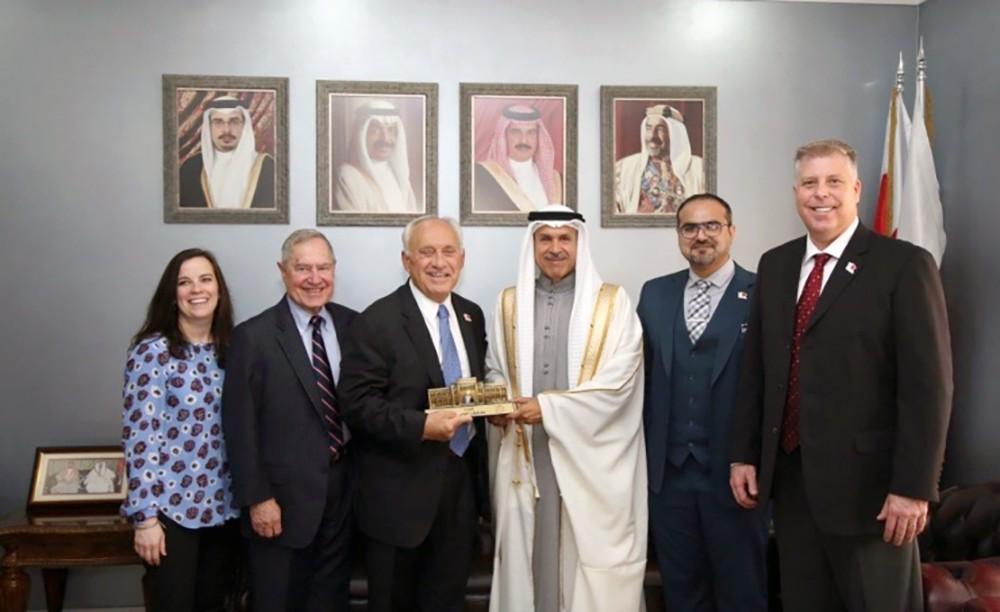 محافظ العاصمة يستعرض انجازات برنامج (معاً) مع رئيس المنظمة الدولية لمكافحة العنف والإدمان