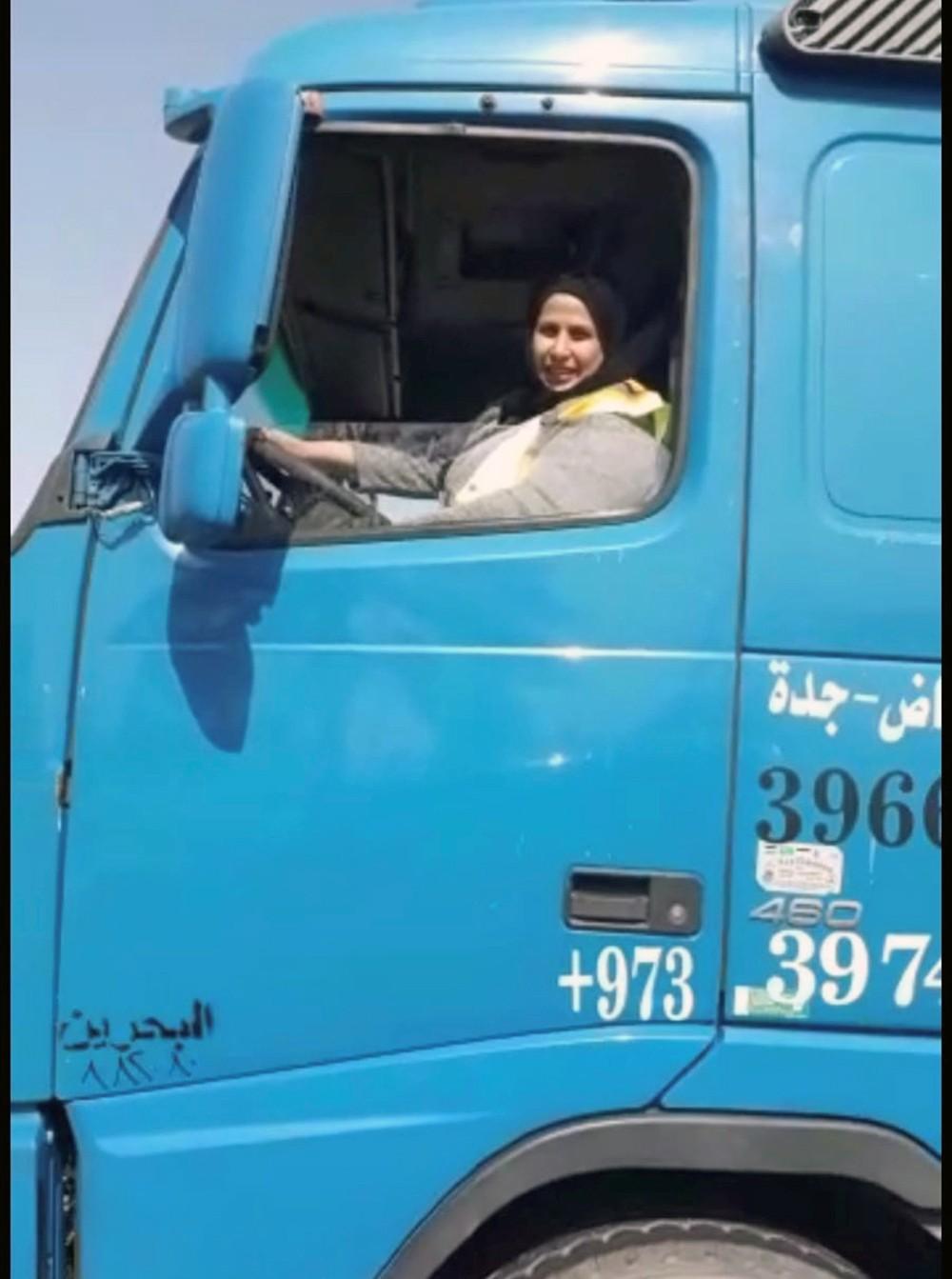 عشتُ بالسعودية.. وأقول لمعلمتي: لستُ غبية!.. وأخواني علموني السياقة الثقيلة