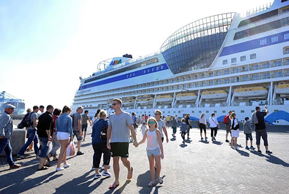 """ثلاث روسيات يتزعمن عمليات نقل """"غير قانونية"""" بميناء خليفة"""