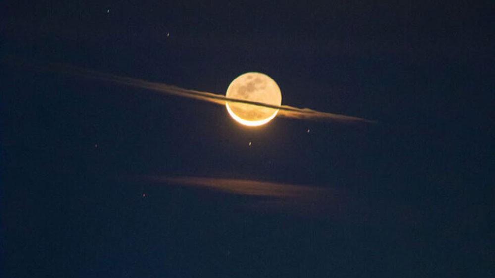 صورة مذهلة للقمر كأنه زحل.. وناسا تعلق: الوهج اللامع