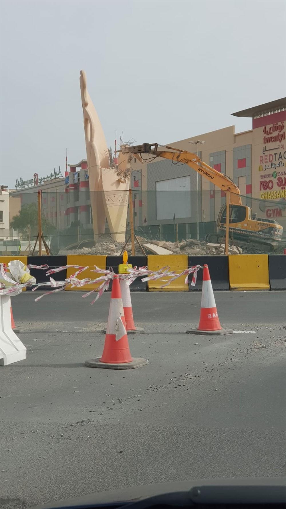 وزارة الأشغال: إزالة نصب الفخار في عالي بحسب الأعمال المخطط لها ضمن مراحل تطوير شارع الشيخ زايد